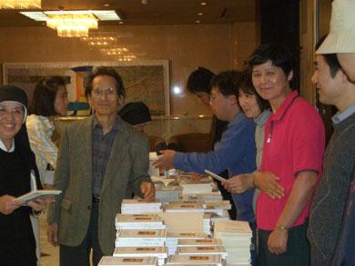 『神のうちの真のいのち』の本の出版社の林氏、読者の方々と共に