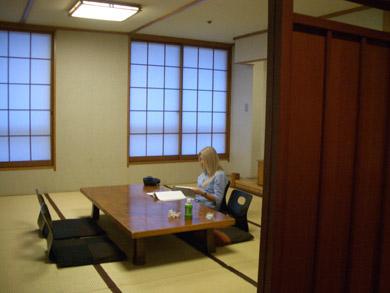 長崎での講演会の前に黙想するヴァスーラ